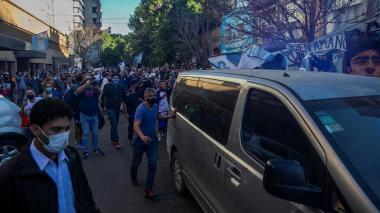 Muchos aficionados se aglomeraron afuera del sanatorio en el que se encontraba Diego Armando Maradona antes de ser trasladado al hospital para ser operado.