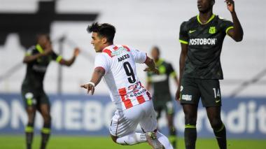 Douglas Arezo anotó dos de los goles del River Plate de Uruguay. Aquí festeja el primero de los tantos.