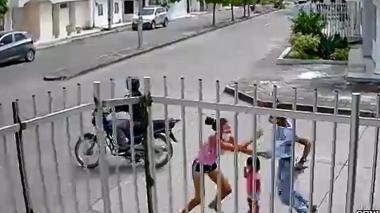 En video | Mujer se enfrentó a dos presuntos ladrones en Montería