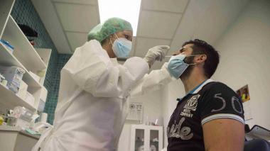 Médicos critican eliminación de pruebas Covid a viajeros que entran al país