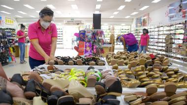 Una trabajadora de un establecimiento comercial ubicado en el centro de Barranquilla.