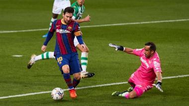 Lionel Messi intenta eludir al arquero del Betis, el chileno Claudio Bravo.