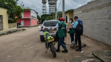 Funcionarios de la Secretaría de Salud durante la inspección a la vivienda de los menores.