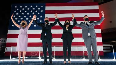 Joe Biden y su esposa Jill junto a Kamala Harris y su esposo Duglass Emhoff, todos usan tapabocas.