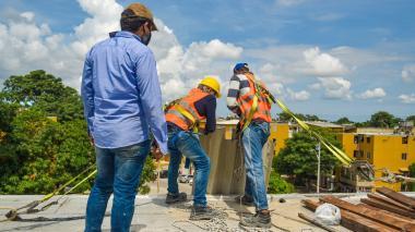 Demolición de construcción ilegal llevada a cabo en un quinto piso del barrio Ciudadela 20 de Julio.