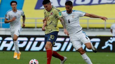 Rodrigo Betancur de Uruguay, disputa un balón con el mediocampista James Rodríguez.