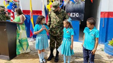 Ejército entrega aulas de clase el barrio Cristo Rey en Santa Marta