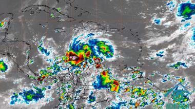 Iota llega a azotar el Caribe con fuertes lluvias y vientos