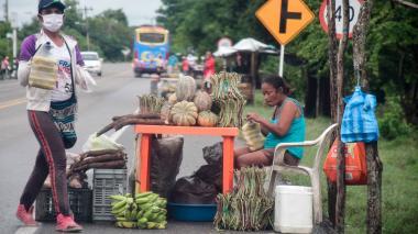 Vender alimentos en la orilla de la carretera es la manera que han encontrado los campesinos para recuperar su inversión.