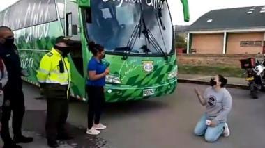 Diana Rojas se arrodilló y lloró pidiendo que le pagaran la deuda.