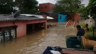 Muchos barrios de Cartagena permanecen bajo las aguas este sábado.