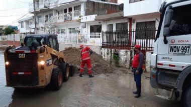 Avanzan remoción de tierra y escombros tras emergencia en Cartagena
