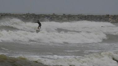 Un surfista en una de las playas de Puerto Colombia.