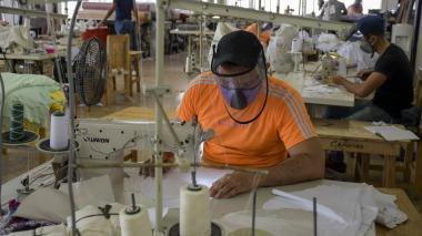 Trabajadores en una empresa del sector de confecciones en Barranquilla.
