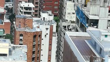 En video   Obreros quedan colgando de un edificio