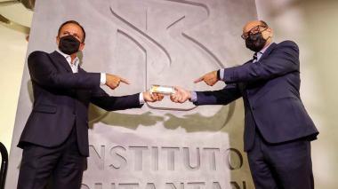 El Gobernador del estado de Sao Paulo, Joao Doria (i), y el director del instituto Butantan, Dimas Covas (d), en la presentación de una versión de la vacuna china Coronavac en Sao Paulo (Brasil).