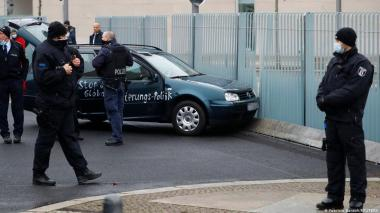 Un carro con mensajes de protesta choca contra valla de la oficina de Merkel