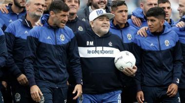 Jugadores de Gimnasia asisten al velorio de Maradona y despiden a su técnico