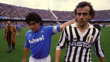 Diego Maradona, con el Napoli, en un partido ante la Juventus.