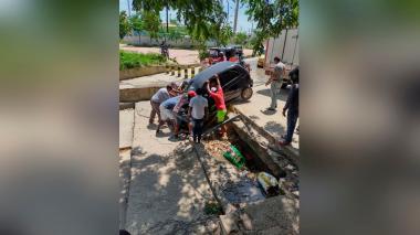 Decenas de vehículos atorados en el arroyo de Los Robles