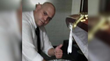 Se entrega uno de los empleados que se fotografió con el cadáver de Maradona