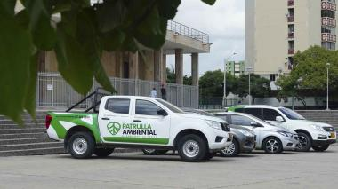 Los cuatro vehículos recorrerán las cinco localidades de Barranquilla para atender las quejas ambientales.