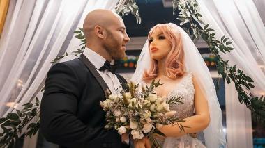 Un fisicoculturista ruso se casó con su muñeca de silicona