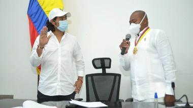 El diputado Gersel Pérez le toma el juramento a Nicolás Petro como como primer vicepresidente de la Asamblea.