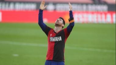 Lionel Messi homenajeó a Diego Armando Maradona portando la camiseta que usó en Newells.