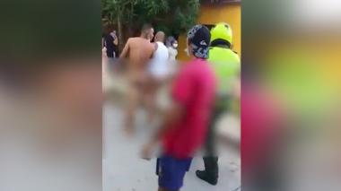 En video   Presuntos estafadores son desnudados y golpeados