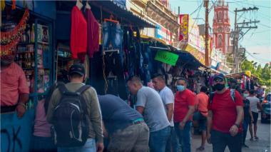 Multitud de personas en el centro de Barranquilla, algunos sin tapabocas.