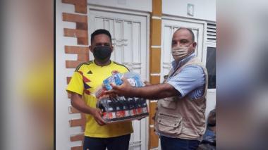 Rafael Morales atiende a compatriotas luego de la emergencia por la creciente del Guatapurí.