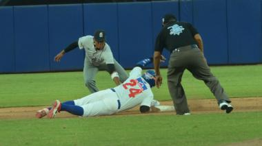 Acción del juego entre Gigantes y Caimanes en el estadio Édgar Rentería.
