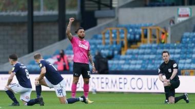 En video | Aficionados del Millwall abuchean tributo contra el racismo