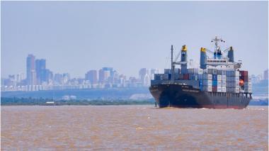 Un buque navega en el canal de acceso a la zona portuaria de Barranquilla.