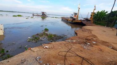 En video | Río Magdalena se lleva parte del terraplén en el puerto del ferry