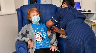 ¡Histórico! Mujer de 90 años, primera en recibir vacuna para Covid de Pfizer