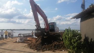 Orilla del puerto de Salamina es rellenada con sacos de arena
