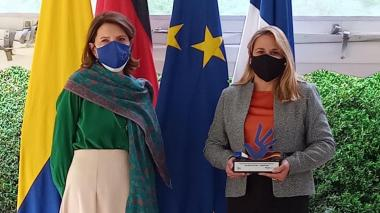La embajadora francesa Michèle Ramis y Érika Roa en la entrega del galardón.