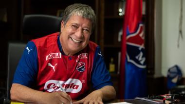 'Bolillo' Gómez firma el contrato que lo une al Medellín.