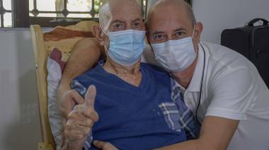 El médico Laureano Meza abraza a su padre tras haber sobrevivido a la Covid-19.