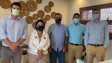 El alcalde William Dau y la asesora de despacho, Ana María González, con los representantes de IsraAID.