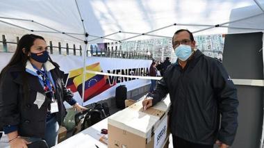 Comienza en Venezuela el voto presencial en la consulta promovida por Guaidó