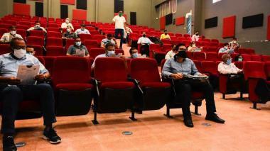 Aspirantes al cargo de personero distrital de Barranquilla mientras realizan la prueba de conocimiento.