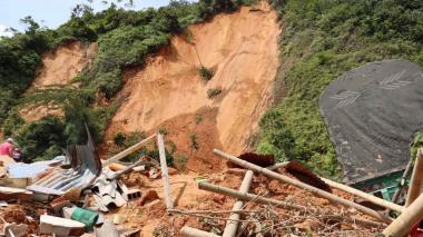 Dos muertos, tres atrapados y 30 evacuados en derrumbe en vía Medellín-Bogotá