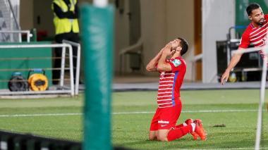 El delantero colombiano del Granada Luis Javier Suarez celebra su gol ante el Elche.