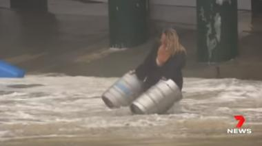 Una mujer se lanzó al agua y 'salvó' de la corriente dos barriles de cerveza