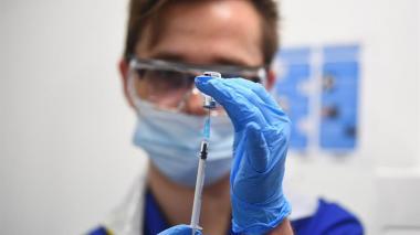 Minhacienda autorizó $281 mil millones para comprar la vacuna de AstraZeneca