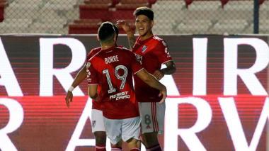 Carrascal celebra su tanto ante Nacional con Borré.
