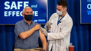 Pence se inmuniza en público para disipar dudas de ciudadanos